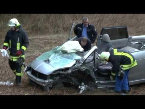 Edertal: Gegen Baum, im Auto eingeklemmt