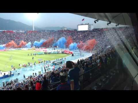 Despliegue de bandera gigante U. de Chile desde caseta de Sintonía Azul - Relato de Pepe Ormazábal - Los de Abajo - Universidad de Chile - La U