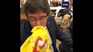 Puigdemont besa la bandera española en Copenhague