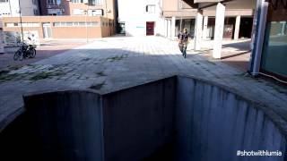 Po co po schodach skoro można zjechać rowerem po ścianie – zajebisty manewr!