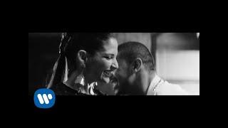 Download Lagu Manuel Medrano - La Mujer Que Bota Fuego (Feat. Natalia Jiménez) [Video Oficial] Mp3