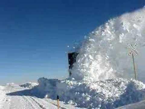 Tren limpiando la nieve