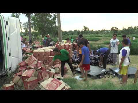 คลิป รถพ่วงเบียร์ลีโอ เทกระจาด 3 ก.ค.58 ชาวบ้านมาเต็ม งานนี้ไปดูกัน