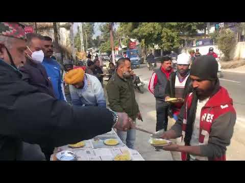 SKM NEWS SERVICE : मसूरी विधायक गणेश जोशी ने मकर सक्रांति पर राहगीरों को खिचड़ी वितरित की।