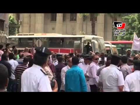 أتوبيسات تنقل «العشرات» لشارع عبد الخالق ثروت للتظاهر ضد الصحفيين
