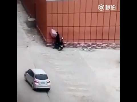 這個騎士撐傘騎機車,結果出事了!