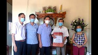 Phó Chủ tịch Thường trực UBND thành phố Nguyễn Văn Thành thăm, tặng quà người có công