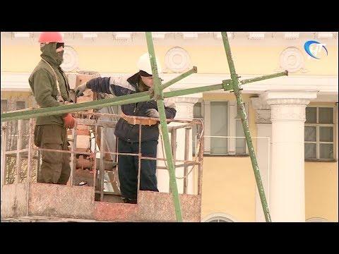 На центральной площади Великого Новгорода начался монтаж главной областной елки
