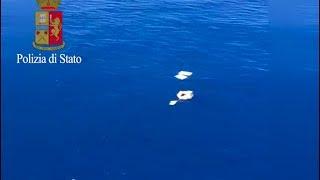 """Il 6° Reparto volo della Polizia di Stato di Napoli ieri sera veniva allertato dalla Capitaneria  di Porto per ricerca di tre pescatori dispersi tra Ischia e Capri a bordo dell' imbarcazione """"Again"""" di proprietà di uno dei tre. Le ricerche notturne non davano esito. Oggi verso pomeriggio, durante un volo coordinato dalla Capitaneria di Porto, al largo di Capri, venivano avvistati dai poliziotti del """"poli 55"""" due dei tre naufraghi, aggrappati ad alcuni pezzi di plastica galleggianti. Immediatamente l´equipaggio si prodigava a lanciare ai naufraghi dei salvagente e una zattera di salvataggio che permettevano di soccorrere e salvare i due. L´equipaggio immediatamente coordinava le successive fasi dell´intervento richiedendo il soccorso di una motovedetta che, seguendo le indicazioni del poli, traeva in salvo Piscopo Danilo e Solano Vincenzo ( 28 e 70 anni). Al momento risulta ancora disperso Iodice Silvio di 90 anni proprietario dell´ imbarcazione. http://www.meridiananotizie.it"""