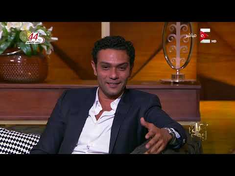 شاهد: كرة كوبر بين رأسي عمرو أديب وآسر ياسين