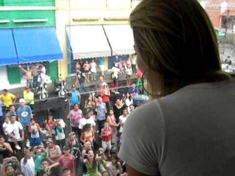 Kelly Key acena para os fãs em Lençois Paulista - Loja Kaiwaa