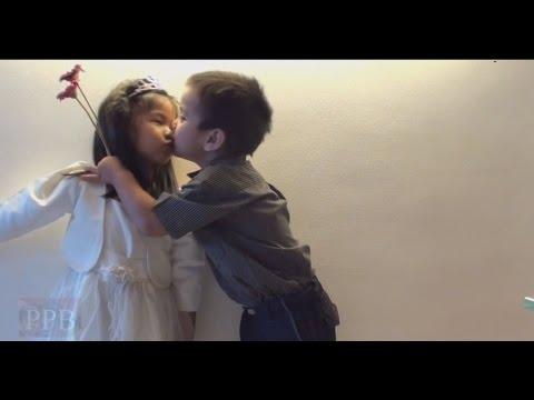 Cute, funny kids love and kiss (видео)