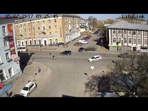 Байкер врезался в иномарку в Петрозаводске (с 40 сек)