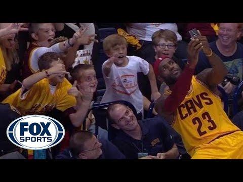 LeBron James親民,在球賽暫停期間與小球迷一同自拍