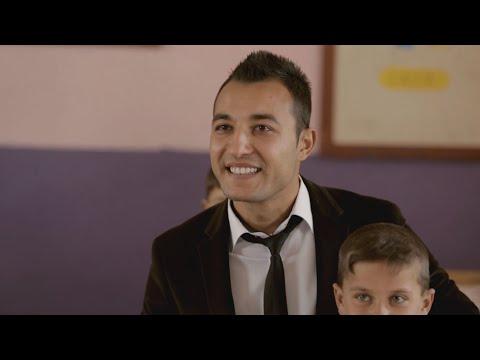 Video Okula ağlayarak gelen öğrencisinin yüzünü güldüren Gökhan Öğretmen'e sürpriz! download in MP3, 3GP, MP4, WEBM, AVI, FLV January 2017