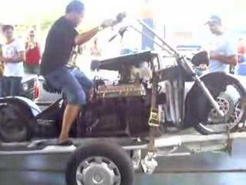 Moto com motor de galaxie V8 acelerando forte