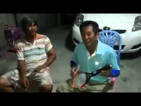 Người đàn ông chơi đàn bằng vợt muỗi
