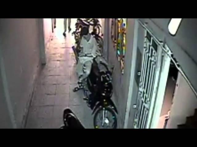 Trộm thản nhiên chuyện trò trước mặt chủ nhà khi lấy trộm xe máy!