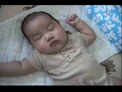 這個爸爸只是輕輕撫摸寶寶的臉頰,然後..神奇的事情發生了 !!