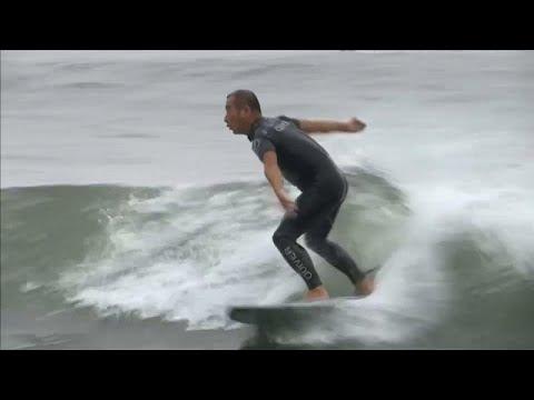 Surfen bei Olympia 2020 in Tokio bei friedlichen und f ...