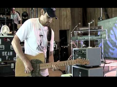 "Brad Paisley Checking Out A Dr Z ""Zwreck"""