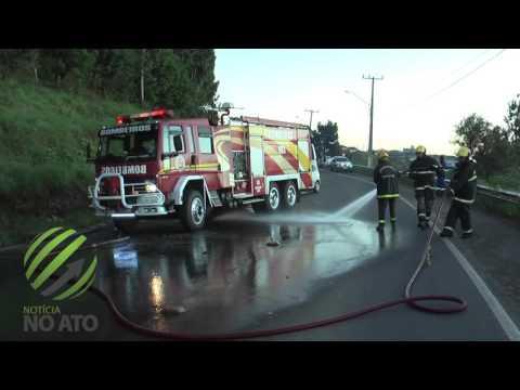 """Colisão frontal entre carro e caminhão deixa três mortos na """"Curva da Morte"""""""