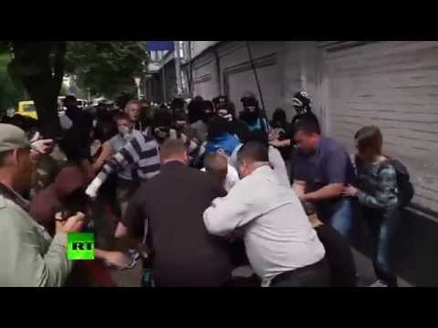 RAW: Ukraine nationalists clash with police outside Orthodox Church in Kiev