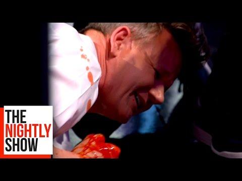 地獄廚神在使用攪拌機時「絞到手鮮血狂噴」,他倒地哀嚎讓全場觀眾嚇到呆滯了!