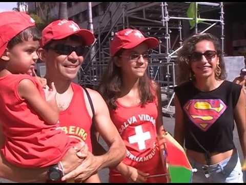 Família fantasiada de salva vidas promete cair na folia