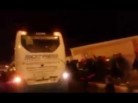 لحظة فض اعتصام لمعطلين بالعيون هددوا بحرق دواتهم