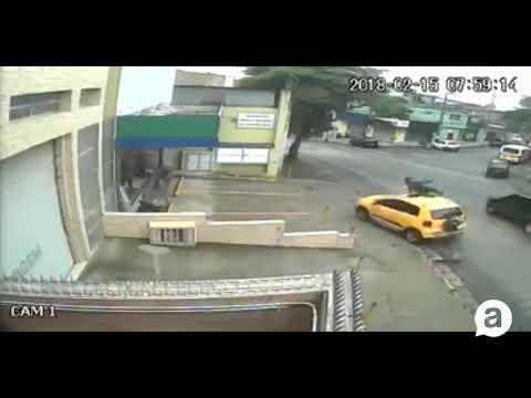 Motociclista liga para pedir socorro do teto de carro que o atropelou e não parou
