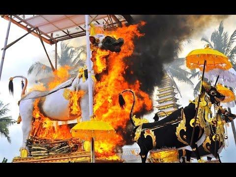 Video NGABEN - Upacara Pembakaran Mayat - BURNING The Death RITUAL - Bali Hindu Dharma [HD] download in MP3, 3GP, MP4, WEBM, AVI, FLV January 2017