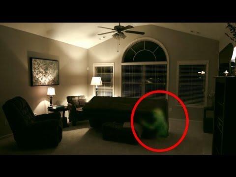nasconde tavola ouija sotto al divano e si scatena attacco poltergeist