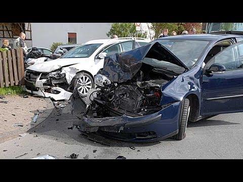 Netze: Auto rammt nach Kollision Motorradfahrer