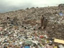 El mayor vertedero de basura de América Latina está en Río de Janeiro y amenaza con cerrar debido a problemas ambientales. Unas 4.000 personas dependen de su trabajo allí pero el terreno se hunde y amenaza con contaminar la bahía. Un informe especial de AFPTV.