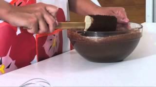 Cómo preparar ganache de chocolate. Part of the series: Todo Dulce. Aprende la forma más simple y rápida de preparar ganache de chocolate en este video gratuito. Read more: http://www.ehowenespanol.com/preparar-ganache-chocolate-video_462647/