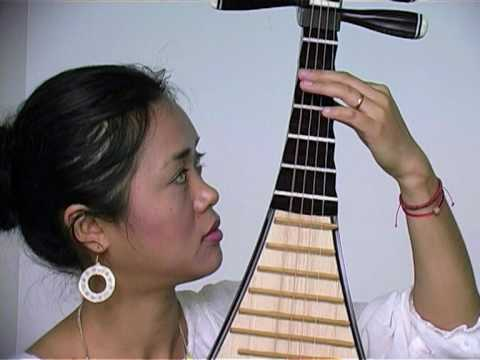 Lan Weiwei demonstrates the pipa