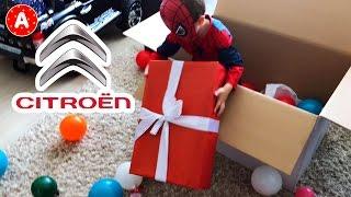 Video Petit Garçon SpiderMan Adam Ouvre son Colis-Cadeau de la part de Citroen MP3, 3GP, MP4, WEBM, AVI, FLV Mei 2017