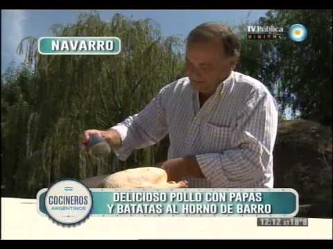 Pollo al horno de barro con papas y batatas en Navarro