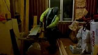 Лобзиком по шине вдоль волокон пилим древесину (сосну) 9 сантиметров.