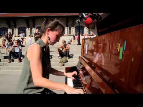 一開始都沒人在意廣場上放的這一台鋼琴,但當一位女孩起身走向它…接下來的發展讓大家都看呆了!