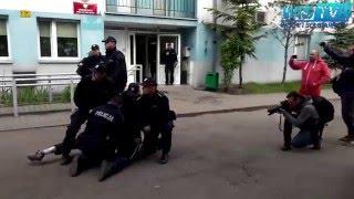 Zaj*bał policjantom gazem po oczach! Dres z Wrocławia kręci akcję pod komendą!