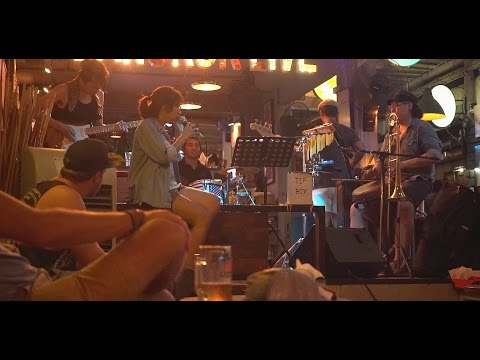 Bangkok Pub live music in Khaosan road (chain of fools cover)