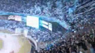 Excelente vitória do Cruzeiro sobre O Grêmio de Footbol Portoalegrense. O placar de 3 a 1 deixa o time celeste próximo da final da taça Libertadores da América de 2009, podendo até ser derrotado por um gol de diferença no segundo jogo em Porto Alegre. No vídeo os gols de Wellington Paulista, Wagner e Fabinho pelo Cruzeiro e Souza de falta descontando para o Grêmio, narrados por Alberto Rodrigues o Vibrante da Rádio Itatiaia de BH e imagens da tv Globo e da torcida 5 estrelas direto do Mineirão.