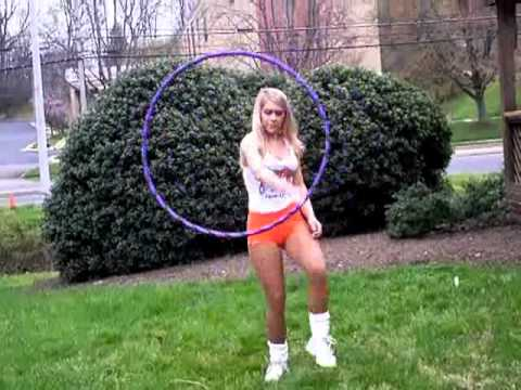 Sexy Chica Hooters haciendo el Hula
