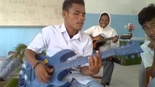Video anak SMA MALUKU UTARA Pintar nyanyi sambil main gitar 4 MP3, 3GP, MP4, WEBM, AVI, FLV Oktober 2018