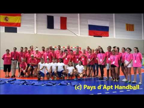 Installation du sol Gerflor au gymnase Michaël GUIGOU à Apt avec les benevoles du Pays d'Apt Handball pour le 29 eme tournoi international de handball féminin, le trophée Corine CHABANNES