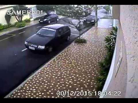 Ladrões furtam casa na Vila Flores; Câmeras de segurança gravam tudo
