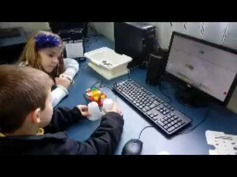 Estudantes bilíngues constroem e programam animais com Lego