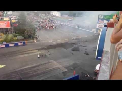 Ciężarówka z silnikami odrzutowymi zdziera asfalt z toru